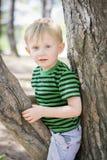 Νέο αγόρι που φορά ένα fedora στο πάρκο Στοκ φωτογραφία με δικαίωμα ελεύθερης χρήσης