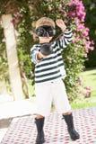 Νέο αγόρι που φορά τις μπότες και το φανταχτερό κοστούμι φορεμάτων Στοκ Εικόνα