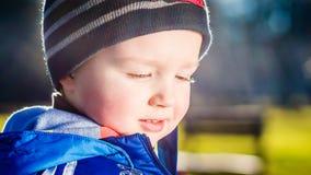 Νέο αγόρι σε ένα χαμόγελο περιπάτων Στοκ φωτογραφία με δικαίωμα ελεύθερης χρήσης