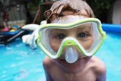 Νέο αγόρι στην κολυμπώντας μάσκα στη λίμνη κατωφλιών Στοκ εικόνες με δικαίωμα ελεύθερης χρήσης