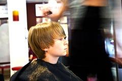 Νέο αγόρι στον κομμωτή Στοκ Εικόνες