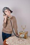 Νέο αγόρι στο αναδρομικό τηλέφωνο Στοκ Φωτογραφίες