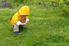 Νέο αγόρι στο αδιάβροχο Στοκ Εικόνες