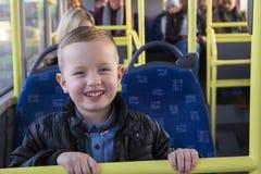 Νέο αγόρι στο λεωφορείο στοκ φωτογραφίες με δικαίωμα ελεύθερης χρήσης