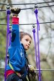 Νέο αγόρι στο πάρκο περιπέτειας Στοκ φωτογραφία με δικαίωμα ελεύθερης χρήσης