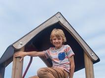 Νέο αγόρι στο πλαίσιο αναρρίχησης Στοκ εικόνα με δικαίωμα ελεύθερης χρήσης