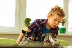 Νέο αγόρι της Νίκαιας που ενδιαφέρεται για τη ρομποτική στοκ εικόνες