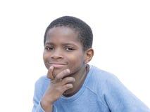 Νέο αγόρι Afro μια μπλε μπλούζα, που απομονώνεται που φορά Στοκ Φωτογραφία