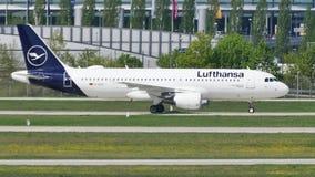 Νέο αεροπλάνο στολών της Lufthansa που μετακινείται με ταξί στον αερολιμένα του Μόναχου, MUC απόθεμα βίντεο
