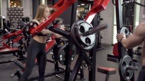 Νέο αθλητικό ζεύγος που παίρνει βάρος πρίν εκπαιδεύει στη γυμναστική απόθεμα βίντεο