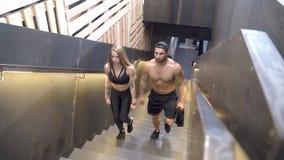 Νέο αθλητικό ζεύγος που πηγαίνει για ένα workout στη γυμναστική απόθεμα βίντεο