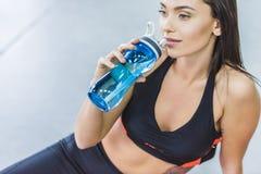 Νέο αθλητικό πόσιμο νερό γυναικών στοκ φωτογραφία με δικαίωμα ελεύθερης χρήσης