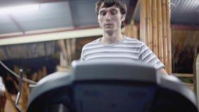 Νέο αθλητικό όμορφο άτομο που ασκεί και που τρέχει treadmill στην αθλητική γυμναστική 1920x1080, hd φιλμ μικρού μήκους