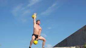 Νέο αθλητικό άτομο που κάνει τα βάρη γορίλλων άσκησης υπαίθρια Crossfit κίνηση αργή φιλμ μικρού μήκους