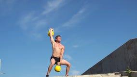Νέο αθλητικό άτομο που κάνει τα βάρη γορίλλων άσκησης υπαίθρια Crossfit κίνηση αργή απόθεμα βίντεο