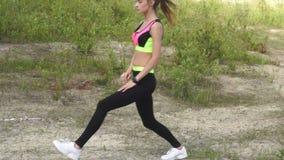 Νέο αθλητικό λεπτό κορίτσι που ασκείται υπαίθρια απόθεμα βίντεο