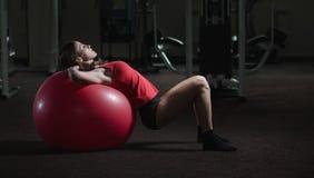Νέο αθλητικό κορίτσι στη γυμναστική Στοκ Φωτογραφίες
