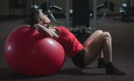 Νέο αθλητικό κορίτσι στη γυμναστική Στοκ Εικόνες