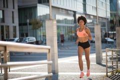 Νέο αθλητριών στο δρόμο πόλεων στη μέρα-μεσημέρι Στοκ φωτογραφία με δικαίωμα ελεύθερης χρήσης