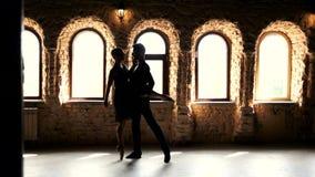 Νέο αισθησιακό ζεύγος που χορεύει στο στούντιο απόθεμα βίντεο