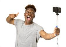 Νέο αμερικανικό άτομο afro που χαμογελά την ευτυχή παίρνοντας selfie εικόνα αυτοπροσωπογραφίας με το κινητό τηλέφωνο Στοκ Εικόνα
