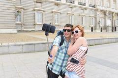 Νέο αμερικανικό ζεύγος που απολαμβάνει το ταξίδι διακοπών της Ισπανίας που παίρνει selfie την αυτοπροσωπογραφία φωτογραφιών με το Στοκ Εικόνα