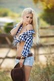 Νέο αμερικανικό πορτρέτο γυναικών cowgirl υπαίθρια Στοκ Εικόνες