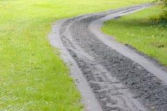 Νέο αμμοχάλικο που τοποθετούνται στον παλαιό δασικό δρόμο ` s στοκ εικόνα