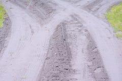 Νέο αμμοχάλικο που τοποθετούνται στον παλαιό δασικό δρόμο ` s στοκ φωτογραφίες