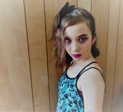 Νέο αναδρομικό κορίτσι στην πορφύρα στοκ φωτογραφίες με δικαίωμα ελεύθερης χρήσης