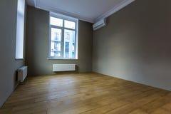 Νέο ανακαινισμένο εσωτερικό δωματίων με τα μεγάλα παράθυρα, κλιματιστικό μηχάνημα, χ Στοκ εικόνες με δικαίωμα ελεύθερης χρήσης