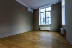 Νέο ανακαινισμένο εσωτερικό δωματίων με τα μεγάλα παράθυρα, κλιματιστικό μηχάνημα, χ Στοκ εικόνα με δικαίωμα ελεύθερης χρήσης