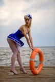 Νέο αναδρομικό κορίτσι pinup με το προκλητικά ξανθά σγουρά ύφος και το beau τρίχας Στοκ Εικόνα