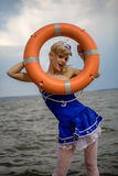 Νέο αναδρομικό κορίτσι pinup με το προκλητικά ξανθά σγουρά ύφος και το beau τρίχας Στοκ φωτογραφία με δικαίωμα ελεύθερης χρήσης