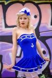 Νέο αναδρομικό κορίτσι pinup με το προκλητικά ξανθά σγουρά ύφος και το beau τρίχας Στοκ εικόνα με δικαίωμα ελεύθερης χρήσης