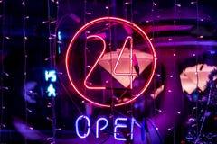 Νέο ανοικτό σημάδι λογότυπων 24 ωρών που καίγεται στο κατάστημα φ φραγμών στοκ εικόνες
