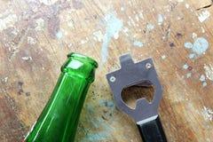 Νέο ανοιχτήρι μπουκαλιών με το πράσινο μπουκάλι Στοκ φωτογραφία με δικαίωμα ελεύθερης χρήσης