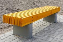 Νέο αντικείμενο υποδομής στον ξύλινο πάγκο πόλεων με τα συγκεκριμένα πόδια στοκ εικόνες με δικαίωμα ελεύθερης χρήσης