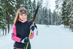 Νέο ανώμαλο να κάνει σκι γυναικών προετοιμάζεται για την άφιξη Στοκ Εικόνα