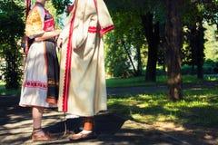 Νέο ανώνυμο ζεύγος στα κοστούμια λαογραφίας στοκ φωτογραφίες με δικαίωμα ελεύθερης χρήσης