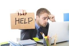 Νέο απελπισμένο σημάδι βοήθειας εκμετάλλευσης επιχειρηματιών που εξετάζει ανησυχημένο υφισμένος την πίεση εργασίας το γραφείο υπο Στοκ φωτογραφία με δικαίωμα ελεύθερης χρήσης