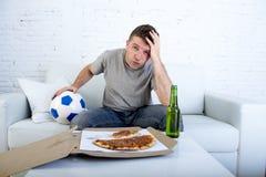 Νέο απογοητευμένο ποδοσφαιρικό παιχνίδι προσοχής ατόμων τηλεοπτικό λυπημένο σε απελπισμένο και ματαιωμένος Στοκ Φωτογραφίες
