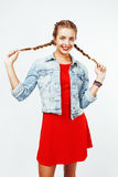 Νέο αρκετά μοντέρνο ξανθό κορίτσι hipster με την τοποθέτηση πλεξίδων συναισθηματική που απομονώνεται στο άσπρο ευτυχές χαμόγελο υ Στοκ φωτογραφία με δικαίωμα ελεύθερης χρήσης