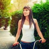 Νέο αρκετά προκλητικό υπαίθριο πορτρέτο ύφους hipster γυναικών αναδρομικό στοκ φωτογραφίες