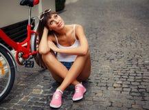Νέο αρκετά προκλητικό υπαίθριο πορτρέτο ύφους hipster γυναικών αναδρομικό στοκ εικόνες με δικαίωμα ελεύθερης χρήσης