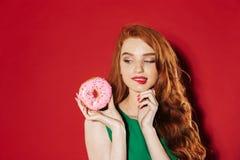 Νέο αρκετά redhead κορίτσι με doughnut στοκ φωτογραφία με δικαίωμα ελεύθερης χρήσης