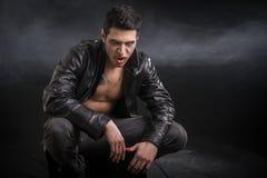 Νέο αρσενικό βαμπίρ στο μαύρο σακάκι δέρματος Στοκ φωτογραφία με δικαίωμα ελεύθερης χρήσης