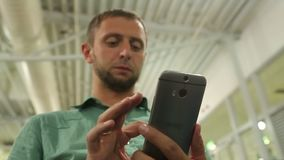 Νέο αρσενικό μήνυμα δακτυλογράφησης στο smartphone, αριθμός σχηματισμού για να κάνει το τηλεφώνημα απόθεμα βίντεο