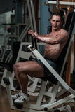 Νέο αρσενικό που κάνει τις θωρακικές ασκήσεις στη γυμναστική Στοκ Φωτογραφίες