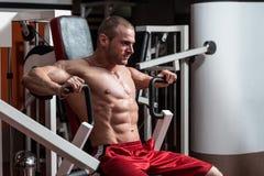 Νέο αρσενικό που κάνει τις θωρακικές ασκήσεις στη γυμναστική Στοκ εικόνες με δικαίωμα ελεύθερης χρήσης